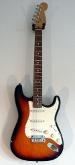 En sunburst-lackad elgitarr av märket Fender - modell Stratocaster.